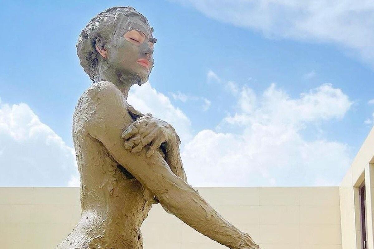 বলীউদৰ সুন্দৰী অভিনেত্ৰীসকলৰ ভিতৰত এগৰাকী হ'ল ঊৰ্বশী ৰৌতেলা (Urvashi Rautela)। ঊৰ্বশীয়ে ১৪ জুনত ইনষ্টাগ্ৰামত নিজৰ মাড বাথ (Mud Bath)ৰ ফটো শ্বেয়াৰ কৰিছে, যিবোৰ ফটো ভাইৰেল হৈ পৰিছে ছচিয়েল মিডিয়াত। (ফটো : Instagram/urvashirautela)