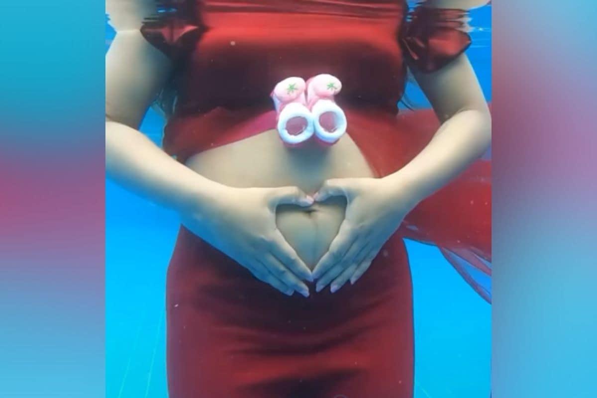 """ফাৰিনা আজাদে আণ্ডাৰৱাটাৰ প্ৰেগনেন্সী ফটোছুটৰ ফটো (Farina Azad underwater pics) শ্বেয়াৰ কৰি লিখিছে, """"মোৰ এই প্ৰথম আণ্ডাৰৱাটাৰ ফটোছুটটোৰ ভিডিঅ' পোষ্টা নকৰাকৈ থাকিবই নোৱাৰোঁ।"""""""