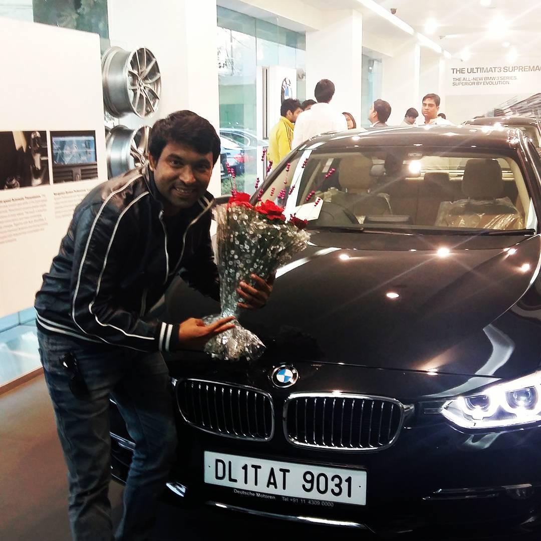 আন এজন জনপ্ৰীয় কমেডিয়ান চন্দন প্ৰভাকৰ (Chandan Prabhakar) ৰ আছে এখন ক'লা ৰঙৰ BMW,যাৰ মূল্য ৩১ লাখ টকা হ'ব। (ফটো: Instagram/chandanprabhakar)