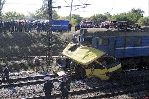 यूक्रेन के प्रधानमंत्री माइकोला अजारोव ने कहा है कि यहां मंगलवार को एक रेलगाड़ी और बस के बीच हुई टक्कर में कम से कम 40 लोगों की मौत हो गई।
