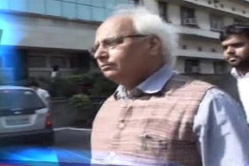 भारतीय जनता पार्टी के वरिष्ठ नेताओं लाल कृष्ण आडवाणी और अरुण जेटली ने नोट के बदले वोट मामले में तिहाड़ जेल में बंद सुधीन्द्र कुलकर्णी और पार्टी के दो सांसदों फग्गन सिंह कुलस्ते तथा महावीर सिंह भगोरा से आज मुलाकात की।