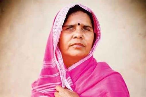 बुंदेलखंड के ताकतवर महिला संगठन गुलाबी गैंग की कमांडर संपत पाल को तगड़ा झटका मिलने वाला है, क्योंकि दो मार्च को होने वाली आमसभा की बैठक में उनकी बर्खास्तगी का तय है।