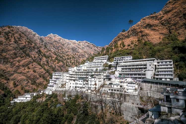 वैष्णोदेवी : वैष्णो देवी जम्मू-कश्मीर के कटरा जिले में आता है। यह हिंदुओं का प्रमुख तीर्थ स्थल है। यह मंदिर 5,200 फ़ीट की ऊंचाई और कटरा से लगभग 12 किलोमीटर (7.45 मील) की दूरी पर स्थित है। कटरा समुद्रतल से 2500 फुट की ऊंचाई पर स्थित है। माता के मंदिर में जाने की यात्रा बेहद दुर्गम है। कटरा से 14 किमी की खड़ी चढ़ाई पर मां वैष्णोदवी की गुफा है। हालांकि अब हेलीकॉप्टर से भी आप यहां पहुंच सकते हैं। सर्दियों में यहां का न्यूनतम तापमान -3 से -4 डिग्री तक चला जाता है और इस मौसम से चट्टानों के खिसकने का खतरा भी रहता है।