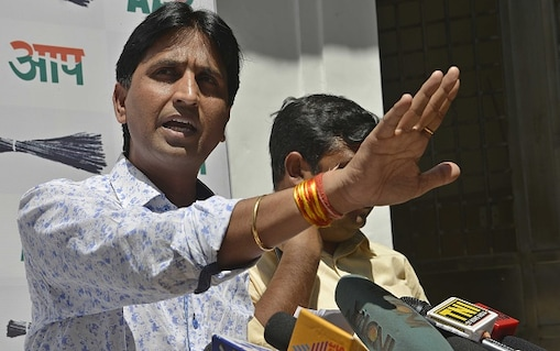NEW DELHI,INDIA APRIL 09: AAP leaders Kumar Vishwas and Sanjay Singh addressing a press conference at North Avenue.(Photo by Ramesh Sharma/India Today Group/Getty Images)