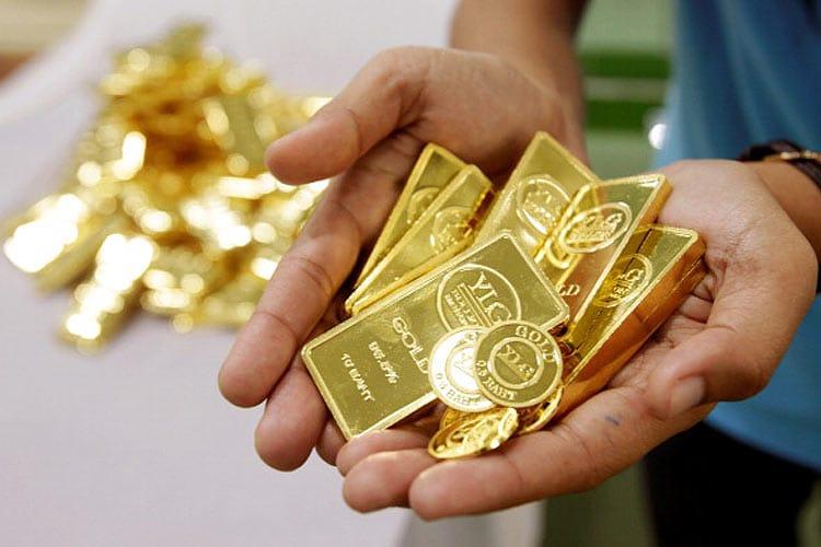 नवरात्र में सोना खरीदना शुभ माना जाता है, इसलिए अगर आप भी नवरात्र में सोना खरीदने की प्लानिंग कर रहे हैं तो ऐसे में आपके लिए ये जानना बहुत जरूरी है की जो सोना आप ख़रीद रहे हैं वह नकली तो नहीं है. सोना खरीदने से पहले यह जानना जरूरी है कि सोना असली है या नकली. जिसके चलते हर किसी को सोना खरीदते समय इस बात का डर रहता है कि कहीं आपके साथ धोखा तो नहीं हो रहा है या आपको असली सोना मिल रहा है या नहीं. लेकिन अब इन सब बातों को लेकर डरने की जरुरत नहीं हैं क्योंकि आज हम आपकों सोना खरीदते वक्त ध्यान में रखी जाने वाली बातों के बारे में बता रहे हैं. जिन्हें ध्यान में रखने के बाद आपके साथ कभी भी धोखा नहीं होगा. आगे की स्लाइड्स में देखें सोना खरीदते समय किन बातों का ध्यान रखें. (फोटो- Getty Images से)