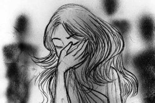सूखे की मार झेल रहे बुंदेलखंड के टीकमगढ़ जिले में कर्ज चुकाने के लिए कथित तौर पर एक मां को अपनी बेटी का सौदा करने के मामले में पुलिस ने गिरफ्तार किया है।