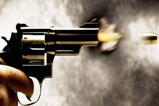 दक्षिण कश्मीर के कुलगाम जिले में एक कैंप के भीतर एक सेना अधिकारी ने अपनी सर्विस राइफल से खुद को गोली मारकर कथित रूप से आत्महत्या कर ली। पुलिस ने आज यह जानकारी दी।