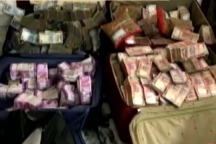 टोकरियों और बैग में भरे करोंड़ों रुपये मिले। (फोटो- न्यूज18इंडिया)