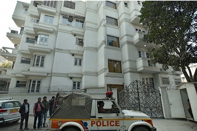 नोटंबदी पर मचे हाहाकार के बीच देशभर में काली कमाई का भी आए दिन खुलासा हो रहा है। ऐसा ही एक मामला सामने आया दिल्ली के ग्रेटर कैलाश में जहां इनकम टैक्स विभाग और पुलिस ने काली कमाई के कुबेर का खुलासा किया। ग्रेटर कैलाश स्थित लॉ फर्म पर जब पुलिस, आयकर विभाग ने रविवार को छापा मारा तो सामने आया वो खजाना जिसके बारे में जब पता चला तो आंखें खुली की खुली रह गईं। यहां से 13 करोड़ 65 लाख रुपये मिले जिसमें करीब ढाई करोड़ नए नोट की शक्ल में थे। ये लॉ फर्म रोहित टंडन है और जिस घर में इस खजाने को रखा गया था उसका नाम है व्हाइट हाउस। कितनी काली कमाई यहां से मिली और किस तरह इसे रखा गया था जानिए। (फोटो- गैटी इमेजेज-न्यूज18इंडिया)