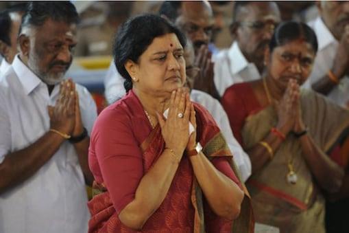 वी.के शशिकला ने रविवार को कहा कि एक महिला के लिए राजनीति में रहना बहुत मुश्किल है जिसे उन्होंने जयललिता के समय भी ऐसा देखा था.