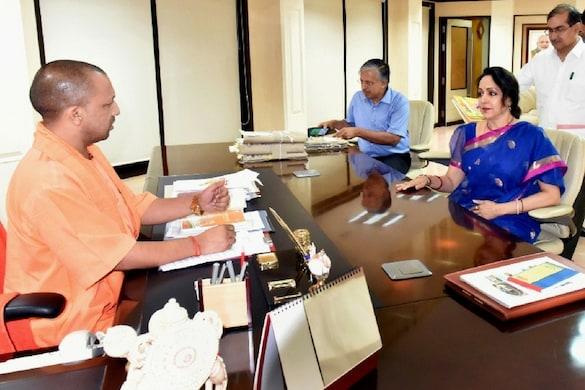 मुख्यमंत्री योगी आदित्यनाथ से मुलाकात करतीं बीजेपी सांसद हेमामालिनी. Image: News 18 Hindi