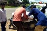 VIDEO: शराब ले जा रही कार पलटी, ग्रामीणों ने लूटी बोतलें
