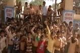 VIDEO : गुरुजी नहीं हैं स्कूल में इसलिए बच्चों ने जड़ दिया ताला