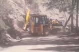 VIDEO: हम नहीं सुधरेंगे- निर्माण कंपनी पेड़ों में गिरा रही है मलबा