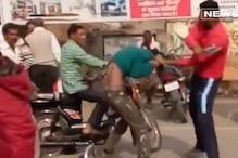 VIDEO: मोबाइल झपटने वाले युवक की हुई लाइव पिटाई