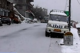 VIDEO: लाहौल घाटी में तीसरे दिन भी बर्फवारी जारी, कई वाहन फंसे