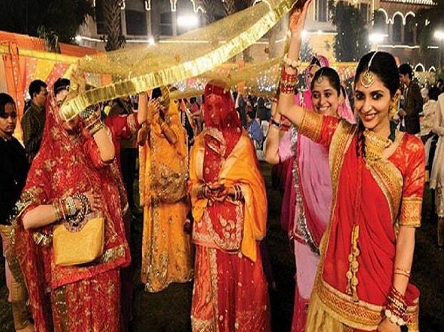 शादियों की धूम चारों ओर छाई हुई है, भारत में शादियों पर लोग करोड़ों रुपये खर्च करने में भी नहीं कतराते हैं. बहरहाल महंगाई बढ़ने से शादियों का खर्च भी लगभग दो गुना हो गया है. ऐसे में अगर आप पैसा बचाना चाहते हैं तो हम आपको बता रहे हैं कुछ खास तरीकों के बारे में, जिनके जरिए आप शादी के खर्च को कुछ कम कर सकते हैं. जानें क्या हैं वो टिप्स जिनसे बचा सकते हैं आप खर्च.