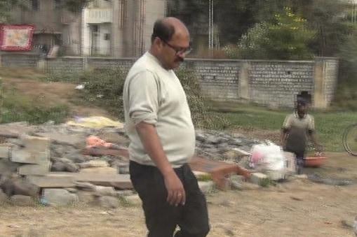 स्वच्छता अभियान में मध्य प्रदेश के नीमच नगरपालिका का एक अफसर वेस्ट का उपयोग कर उसे भी उपयोगी बनाए जाने का प्रयास करने में लगा है