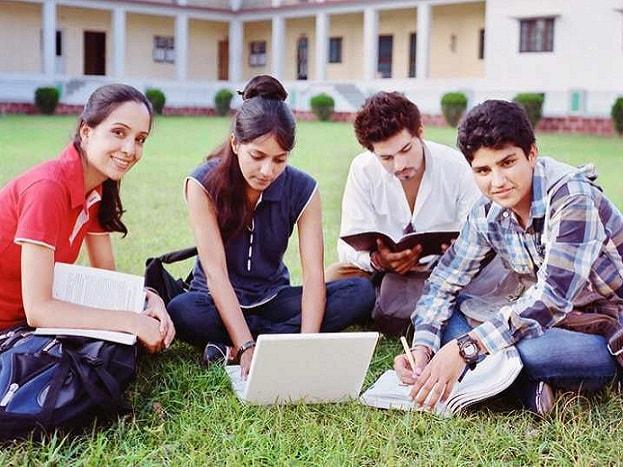 इस साल सिर्फ देश की इकॉनमी में ही नहीं बल्कि एजुकेशन सेक्टर में भी कई बदलाव आने वाले हैं. 2018-19 के सेशन में देशभर के सभी इंजीनियरिंग कॉलेजों में पढ़ाएं जाने वाला सिलेबस बदल जाएगा और नए सिलेबस के हिसाब से छात्रों को इंजीनियरिंग की पढ़ाई करवाई जाएगी. ऐसा होगा इंजीनियरिंग का नया सिलेबस.