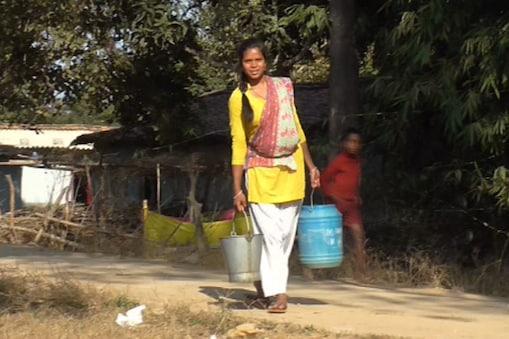 एक साल बंद पड़ा हैं गांव में पानी की सप्लाई करने वाला पंप.