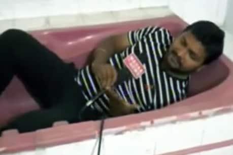 श्रीदेवी केस की कवरेज करते हुए बाथटब में लेटा रिपोर्टर, लोगों ने उड़ाया मजाक