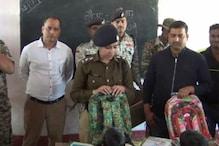 कैमूर पहाड़ी के बच्चों के बीच पुलिस ने बांटी स्कूल बैग और कॉपी-किताब
