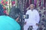 VIDEO: खास से आम नजर आए मंत्री, मेले में चाट खाकर स्टूडियो में खिंचाया फोटो