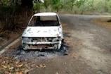 VIDEO: शरारती तत्वों ने सड़क पर खड़ी कार को किया आग के हवाले