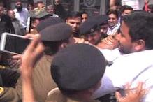 VIDEO: CM का पुतला जलाने को लेकर युवा कांग्रेस कार्यकर्ताओं व पुलिस के बीच तनातनी