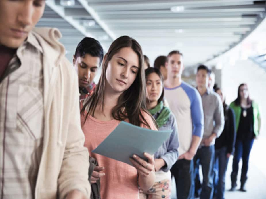 पहली गलती: यदि आप कहीं इंटरव्यू के लिए बुलाए गए हैं या किसी कंपनी में आपके कलिग ने आपका रिज्यूमें आगे बढ़ाया है तो कंपनी एचआर के दिए गए टाइम का इंतजार करें. बार-बार फॉलो ना करें. किसी कंपनी में काम करना आपका ड्रीम जॉब हो सकता है और आप काम करने को लेकर काफी उत्साहित हों, लेकिन इसका मतलब यह नहीं है कि आप लगातार मैनेजर को कॉल करें या एचआर में कॉन्टेक्ट करने की कोशिश करें. इससे आपका इंप्रेशन डाउन होता है और यदि आप सिलेक्ट भी होने जा रहे हैं तो बार-बार फॉलोइंग आपको नुकसान पहुंचा सकती है.