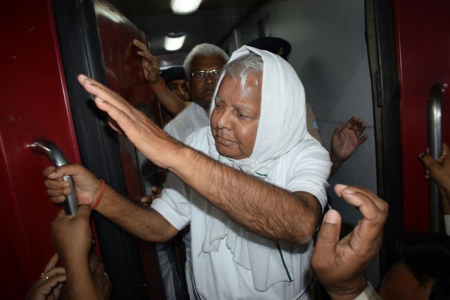 आरजेडी सुप्रीमो लालू प्रसाद बेहतर इलाज के लिए रांची स्थित रिम्स से दिल्ली एम्स पहुंच गए हैं. रांची से राजधानी एक्सप्रेस लालू प्रसाद को दिल्ली ले जाया गया है. रास्ते में गया स्टेशन पर उनके समर्थकों की भारी भीड़ लगी हुई थी. बोगी से बाहर निकलकर लालू प्रसाद ने समर्थकों को हाथ हिलाकर अभिवादन किया.