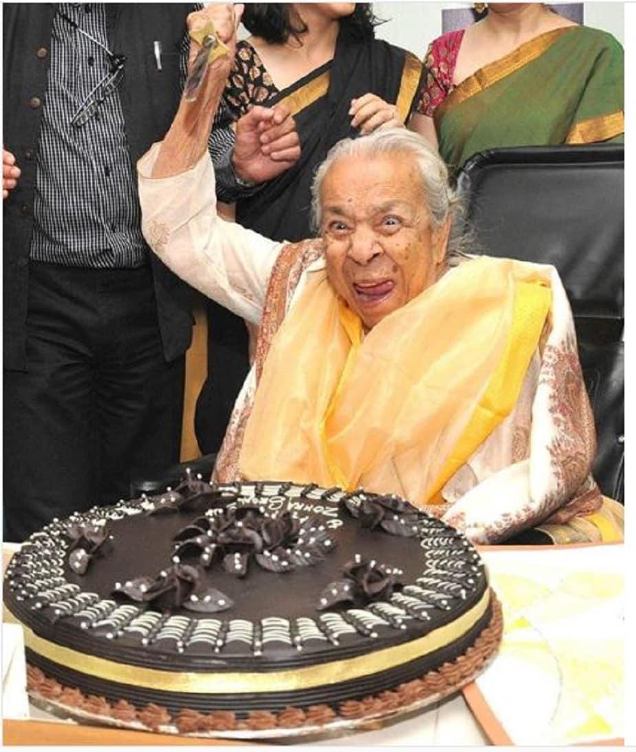 97 साल की उम्र में, उन्होंने टाइम्स ऑफ इंडिया को दिए एक साक्षात्कार में पूछे गए सवालों के बहुत ही मजेदार जवाब दिए।  उनसे पूछा गया कि इस उम्र में भी उनकी जीवंतता का राज क्या है?  उन्होंने शांत अंदाज में जवाब दिया - हास्य और सेक्स।  उन्होंने कहा था कि इस उम्र में भी उनके लिए सेक्स बहुत महत्वपूर्ण है।