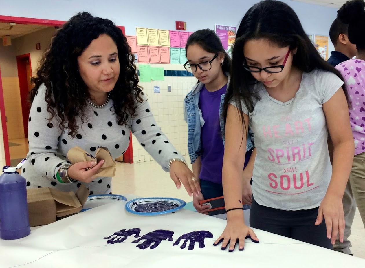 टीचरक्या आप एक आर्टिस्ट हैं और दूसरों को भी आर्टिस्ट बनाने का माद्दा रखते हैं अगर हां तो आप दूसरों को भी पढ़ा सकते हैं. आप चाहें तो अपना कोचिंग इस्टीट्यूट खोल सकते हैं इसके अलावा यूट्यूब भी एक अच्छा विकल्प हो सकता है. आप यूट्यूब से देश और दुनिया के तमाम छात्रों से रूबरू हो सकते हैं और उन्हें बेहतर आर्टिस्ट बना सकते हैं. इससे आप अच्छी-खासी कमाई कर सकते हैं. Image: PTI