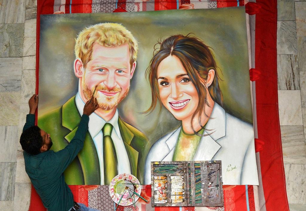 6 महीने के लंबे इंतजार के बाद आज 19 मई को प्रिंस हैरी और मेगन मार्केल की विंडसर कैसल में शादी होने जा रही है. इस शाही शादी पर दुनिया भर की निगाहें हैं. यह शादी विंडसर कैसल के सेंट जार्ज चैपल में होगी. शाही शादी के लिए खास तैयारियां की गई हैं. आइए आपको तस्वीरों के जरिये बताते तैयारी की भव्य तस्वीरें.