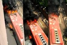 खचाखच भरी AC बस के इंजन में लगी आग, एक बाइक सवार ने बचाई सबकी जान
