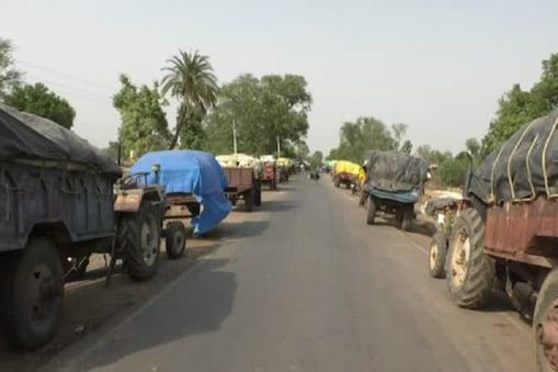 सरकारी खरीद केंद्रों के बाहर लगी अनाज भरे वाहनों की लाइन