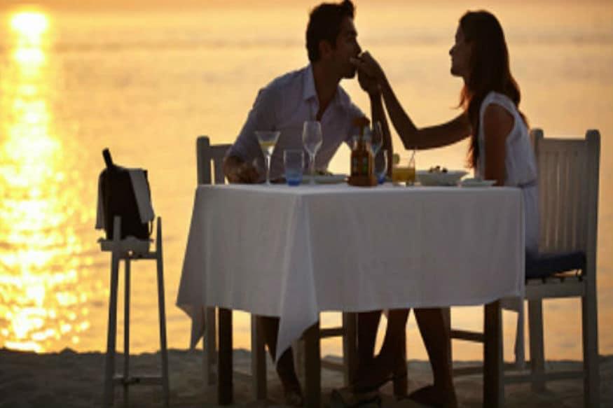 किसी भी रिश्ते में हमेशा ताज़गी बनी रहे इसके लिए जरूरी है साथ गुजरे पलों की खूबसूरत यादें बासी न होने पाएं. इन्हें सहेजकर रखें ताकि रिश्तों में मिठास बनी रहे. रिश्ते के कुछ सालों बाद भी दिन में कितनी बार एकदूसरे का हाथ थामते हैं?