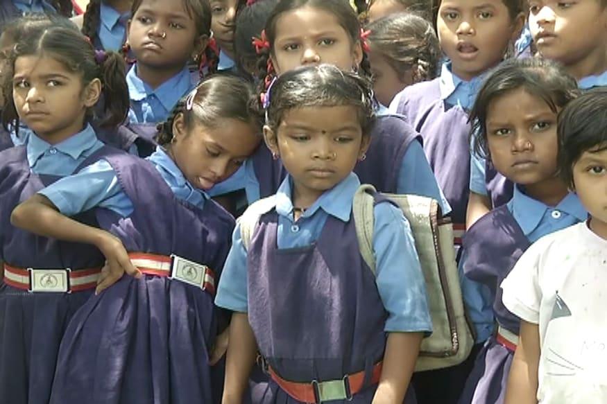 रायपुर के एक शासकीय स्कूल में प्रवेशोत्सव के दौरान कुछ इस अंदाज में बच्चे नजर आए.