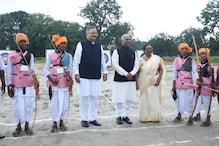 राष्ट्रपति का बस्तर दौरा: नाराज आदिवासी संघ ने कहा, क्या रोड पर नाचने के लिए हैं आदिवासी
