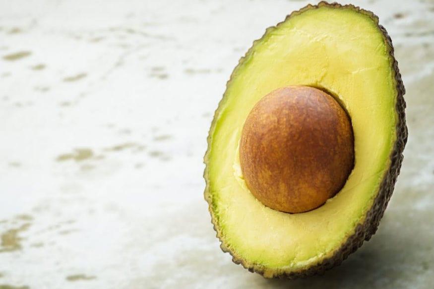 क्या आपने कभी एवाकाडो खाया है? ये फल कई गुणों से भरपूर होता है. इसको सुपरफ़ूड कहा जाता है. इस फल में आम फलों की अपेक्षा शुगर की मात्रा भी काफी कम होती है. इसके अलावा इसमें फाइबर और मोनोअनसैचुरेटेड फैटी एसिड जैसे पोषक तत्व जोकि बॉडी के समुचित विकास के लिए बेहद जरूरी होता है पाए जाते हैं. क्या आप जानते हैं कि फल बढ़ती उम्र में भी कई समस्याओं से निजात दिलाता है. आइए जानते हैं...