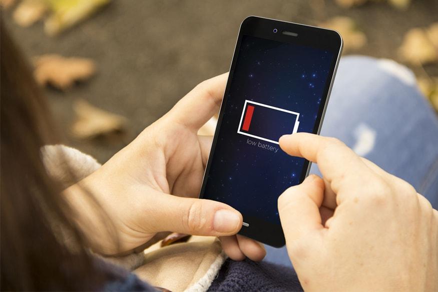 मोबाइल फोन इस्तेमाल करने वाले ज्यादातर लोग इसकी बैटरी को लेकर परेशान रहते हैं. कई बार ऐसा होता है कि जब हमें जरूरी काम होता और हमारी बैटरी खत्म होने का सिग्नल दे रही होती है. ऐसे में हम परेशान हो जाते हैं, लेकिन क्या आपको पता है कि स्मार्टफोन में छोटी-सी सेटिंग करने भर से आपकी बैटरी लंबी चल सकती है और आपको लो बैटरी की समस्या से भी छुटकारा मिल सकता है. आइए जानते हैं क्या हैं वो ट्रिक और सेटिंग जिसके जरिए आप अपने स्मार्टफोन की बैटरी को जल्दी लो होने से बचा सकते हैं.