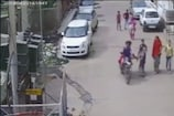 महिला का दिनदहाड़े पर्स ले गए बदमाश, घटना सीसीटीवी में