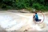 VIDEO- उत्तराखंड: रामनगर में पानी के तेज बहाव में बहा बाइक सवार