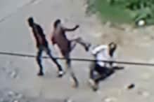 VIDEO : स्कूटर पर जा रहे सब इंजीनियर को बदमाशों ने रोका और कर दी लात-घूंसों से पिटाई
