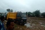 VIDEO: कचरा उठाने की मशीन में फंसकर गाय की मौत, लोगों ने किया हंगामा