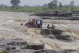 VIDEO : शिवपुरी: वॉटरफॉल में बहे 17 पर्यटक, 30 पानी में फंसे, 7 लोगों को हेलीकॉप्टर ने बचाया