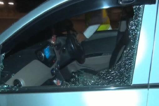कार के टूटे हुए कांच और सीट पर बिखरे टुकड़े.