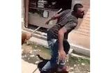 VIDEO: स्कूली बच्ची के साथ छेड़खानी के आरोप में पौड़ी में मज़दूर की पिटाई