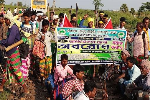 रेलवे ट्रैक पर प्रदर्शन करते आदिवासी संगठन से जुड़े लोग