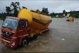 VIDEO: उफनती नदी पार करने की कोशिश में बहे दो ट्रक